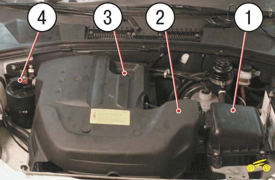 Подкапотное пространство автомобиля (вид сверху) с установленным декоративным кожухом
