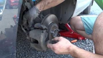 Замена передних тормозных колодок Форд Фокус 2